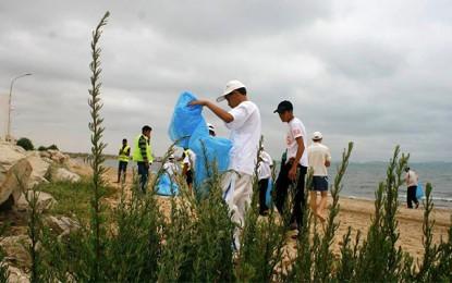 «Les éboueurs de la Méditerranée» nettoient les plages tunisiennes