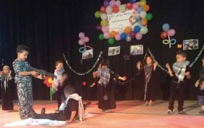 Education: Des enfants manient des «armes» dans une fête de fin d'année
