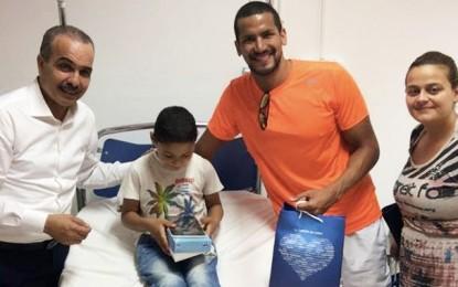 Tunisie Telecom et Oussama Mellouli au chevet des enfants malades