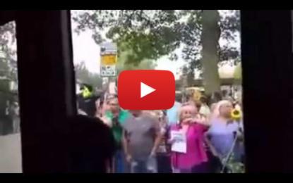 Allemagne: des réfugiés syriens accueillis avec des bouquets de fleurs