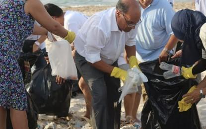 En campagne : Marzouki nettoie la plage Rimel à Bizerte
