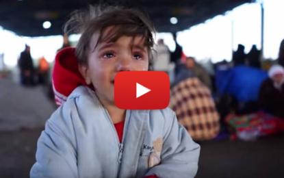 Une petite fille migrante en larmes à cause du froid en Autriche