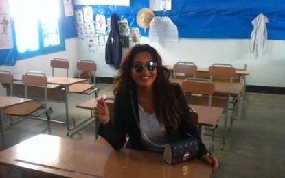 Latifa Arfaoui  au chevet de son ancienne école primaire à la Manouba