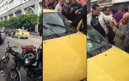 Un chauffeur de taxi roule avec un policier accroché à sa portière! (Vidéo)