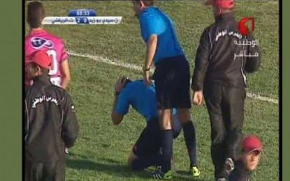 Football : Un arbitre blessé à la tête par les supporters de Sidi Bouzid