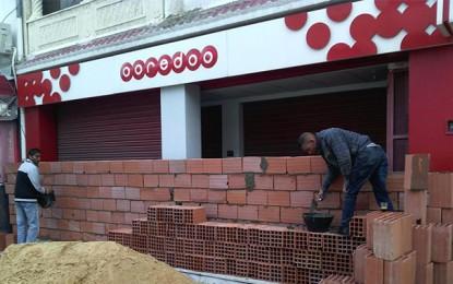 Tunis: Un commerçant érige un mur pour protéger sa boutique
