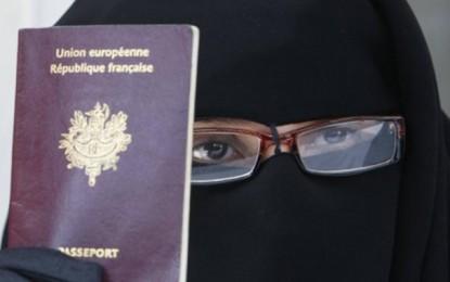 Paris : Une femme en niqab brûle une bible