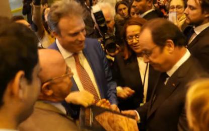 Salon du livre de Paris : François Hollande visite le stand tunisien