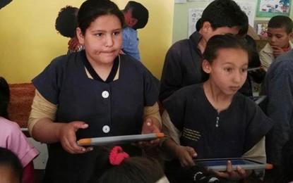 Tozeur : Orange distribue 50 tablettes aux élèves de Chebika