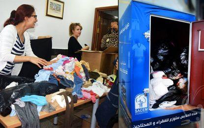 «La cabine bleu» pour la collecte de vêtements destinés aux démunis