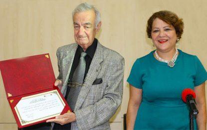 L'écrivain Mahmoud Triki offre ses livres à la Bibliothèque nationale