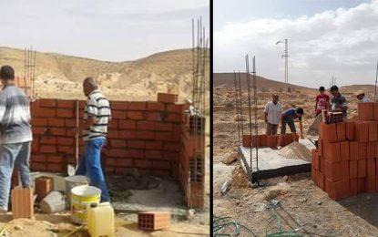 Tataouine : Des villageois construisent un abri-bus pour les élèves