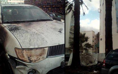 Montplaisir : Trois voitures prennent feu devant le siège d'Ennahdha