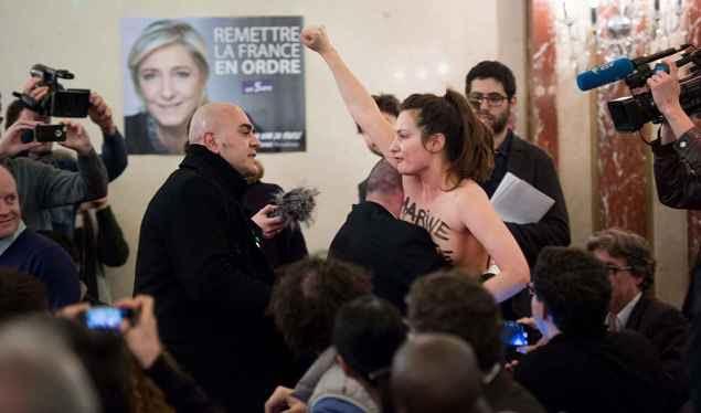Deux Femen perturbent le meeting de Le Pen.