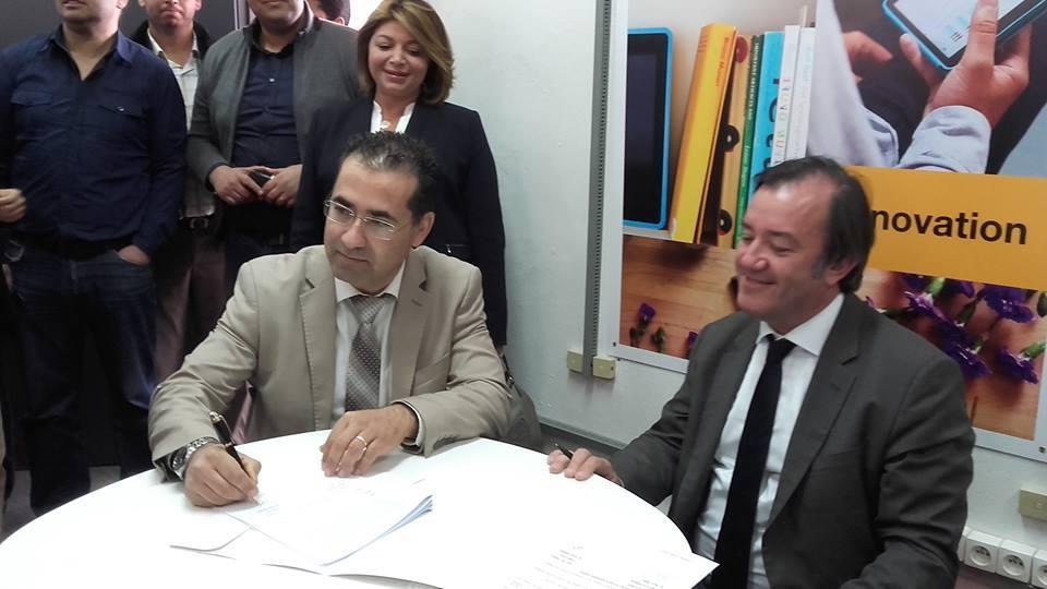 Thierry Millet et Foued Landolsi signent la convention.