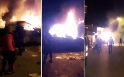 Heurts à Sidi Bouzid : Des jeunes brûlent 4 policiers dans leurs voitures !