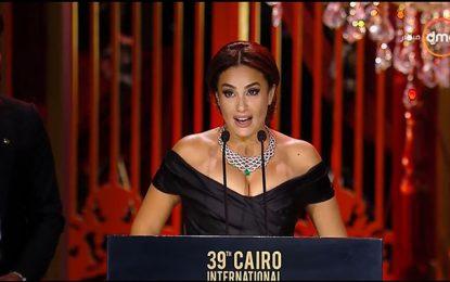 Hend Sabry reçoit le prix d'excellence Faten Hamama