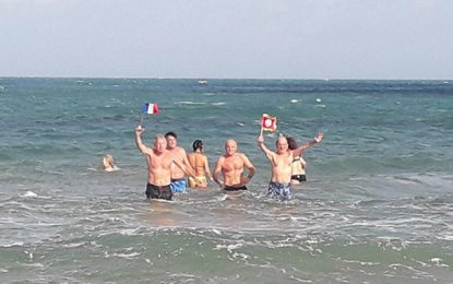 La Marsa : L'ambassadeur de France prend son bain de mer du 1er janvier