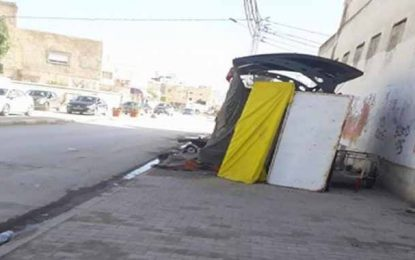 Ariana : Un SDF transforme une station de bus en refuge