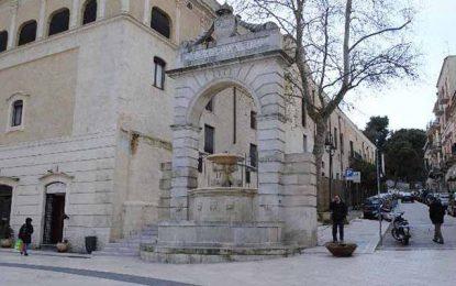 Italie : Un Tunisien lave ses sous-vêtements dans une fontaine