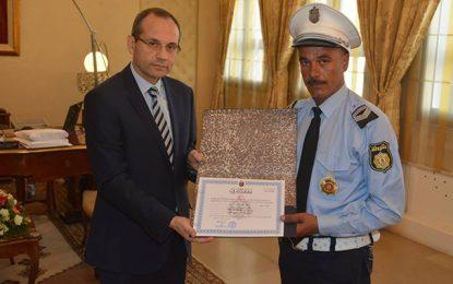 Le policier agressé à Bizerte honoré par le ministre de l'Intérieur