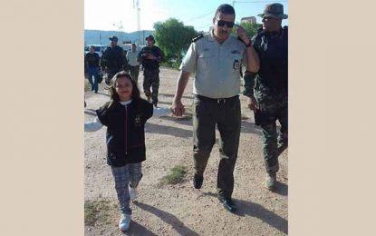 Kasserine : La fille d'un martyr accompagnée à son premier jour d'école