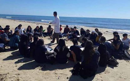 Hammamet : Un enseignant donne son cours sur la plage