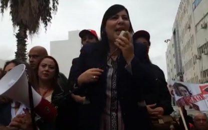Abir Moussi et ses partisans manifestent devant le siège de l'IVD