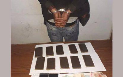 Recherché pour meurtre, il se fait arrêter en possession de drogue