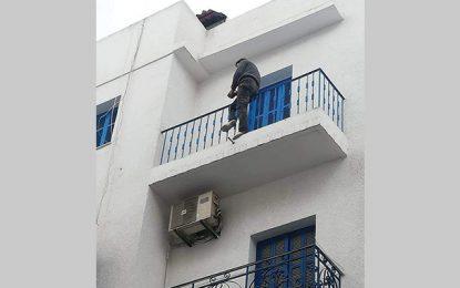 Tunis : Menotté, il fuit la police et tente de se jeter d'un immeuble