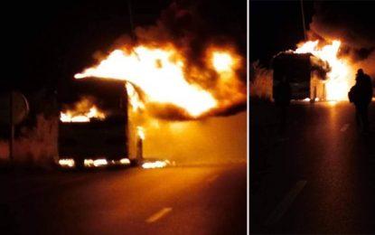 Enfidha : Un bus transportant des voyageurs prend feu (vidéo)