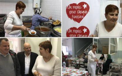 L'ambassadrice McQueen serveuse bénévole à un repas d'iftar caritatif à la cité Ettadhamen (vidéo)