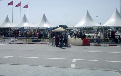 Des abris installés à l'extérieur de l'aéroport de Tunis-Carthage pour les visiteurs