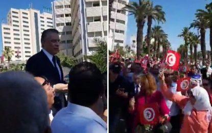 Poursuivi pour corruption, Nabil Karoui fait son cinéma devant le Pôle judiciaire financier de Tunis (vidéo)