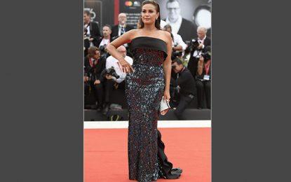 L'actrice tunisienne Hend Sabry habillée par l'Italien ETRO à l'ouverture du Festival de Venise