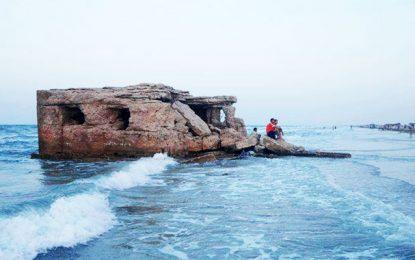 Environnement : La mer crache du phosphogypse sur la plage de Kazma à Gabès