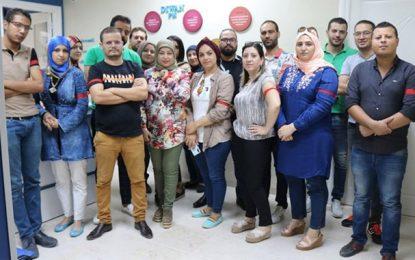 Les journalistes portent le brassard rouge en solidarité avec leurs collègues de l'Établissement de la radio tunisienne (Photos)