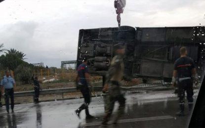 Un autobus se renverse, avec à son bord des agents de la Garde nationale