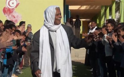 Kébili : Des élèves rendent hommage à «Am' Mohamed», l'ancien gardien de l'école de la cité Janoura (vidéo)