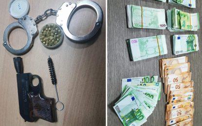 Un pistolet de starter, des menottes et 72.000€ saisis à l'aéroport de Tunis-Carthage