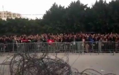 Les fans d'Abir Moussi se rassemblent devant le siège de l'Assemblée