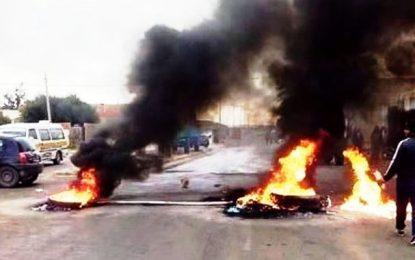 Routes coupées et pneus brûlés à Chebika et Hajeb Layoun à cause du prix de l'huile d'olive
