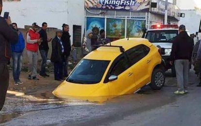 Sousse : un taxi coincé dans un trou à la rue Jalloul Ben Charfa