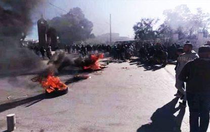 Pneus brûlés, routes coupées et colère à Kasserine