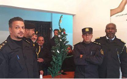 Urgent : La police libyenne saisit un… sapin de Noël ! (Photo)