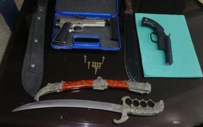 Djerba : Des pistolets et des armes blanches saisies chez un policier français à la retraite (Photos)