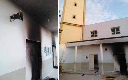 Mnihla : Des inconnus incendient les portes de la mosquée Abou Bakr Seddik (Photos)