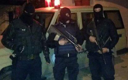 Rouhia : Des contrebandiers armés de fusils agressent des agents et libèrent leur ami à bord de la voiture de la garde douanière !
