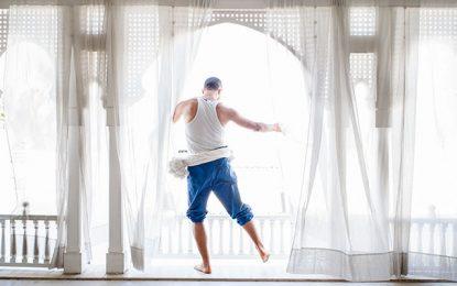Pour «briser» le confinement, Rochdi Belgasmi danse sur le toit de sa maison (Vidéo)
