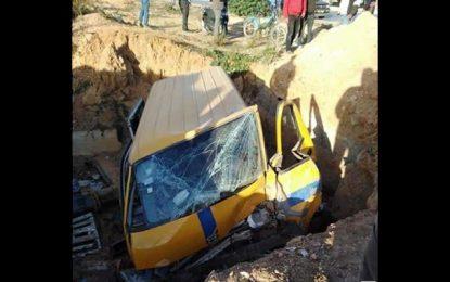 La Manouba : Un taxi collectif tombe dans un trou causé par la Sonede